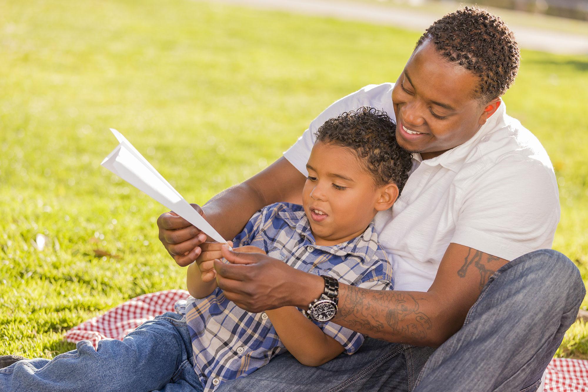 dad-son-reading